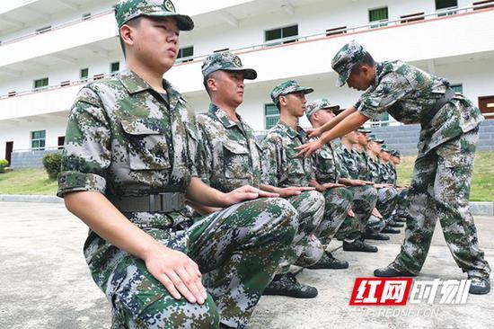 预定新兵们统一身着迷彩服,精神抖擞、热火朝天地训练着。