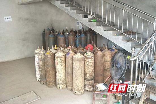 常宁市水口山镇新同村斑竹冲一居民楼非法储存大量乙炔、二氧化碳、氩气。
