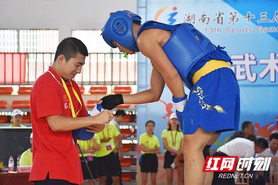 教练细心指导选手。