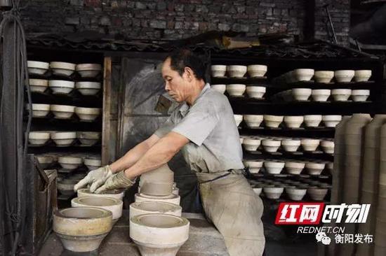 ▲湘峰陶瓷公司工人正在生产产品。