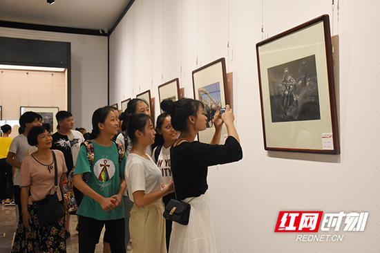 许多市民见到自己喜欢的作品忍不住拍照。