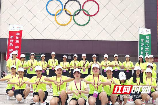 """湖南省第十三届运动会""""洣水新城杯""""青少年羽毛球现场的志愿者。"""