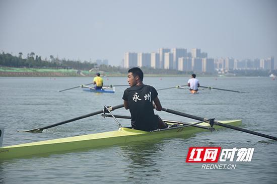 赛艇运动员挥汗如雨,向金牌发起冲击。