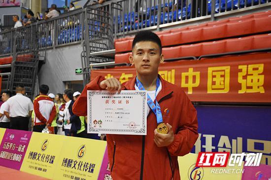 衡阳代表队男子甲组—66公斤的刘伍尧佳经过激烈奋战,获得衡阳柔道的首金。