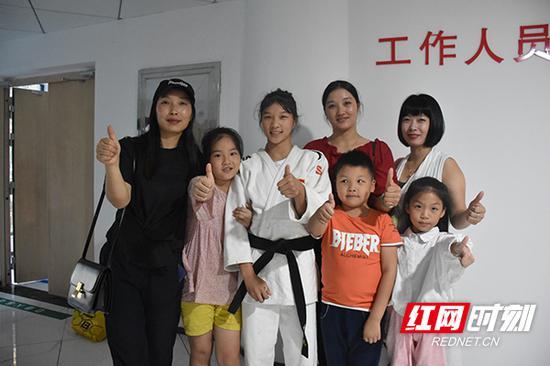 获得省运会柔道女子首金的阳紫焉与家人合影。