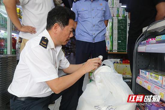 执法人员仔细检查棉花质量。