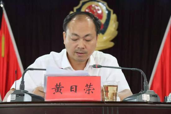 衡南县委常委、县委政法委书记、县禁毒委第一副主任黄日荣对禁毒工作作部署安排