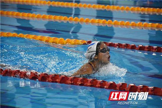 游泳队员奋力游动。