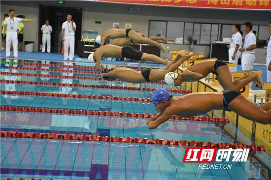 残运会游泳比赛的起跳瞬间。