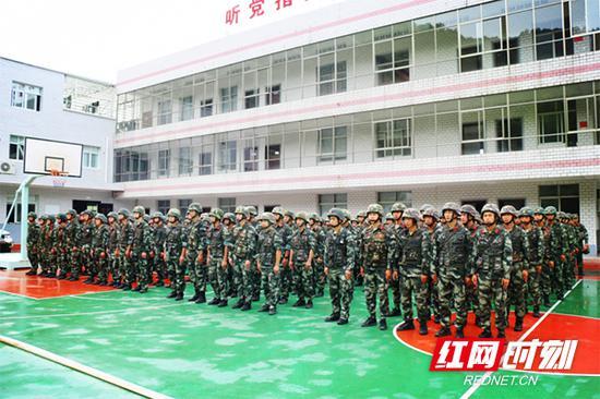 武警衡阳支队的四十余名特战队员闻令而动,立即开赴指定区域展开战斗。