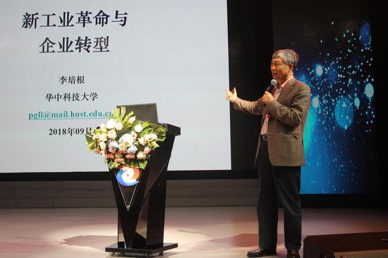 华中科技大学教授、中国工程院院士、现任中国机械工程学会理事长、教育部机械工程教学指导委员会主任委员李培根发表演讲。