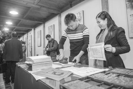 11月7日,长沙市非物质文化遗产展示馆正式开馆,现场展示木活字印刷术。图/记者辜鹏博