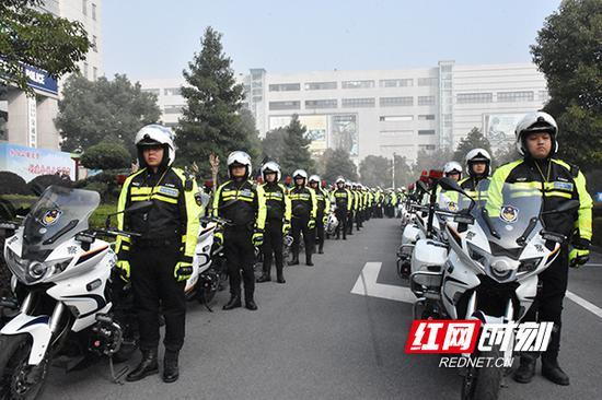 交警铁骑参加誓师出征仪式。