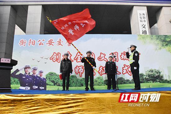 仪式上,衡阳市公安局副局长李衡为交警支队授旗。