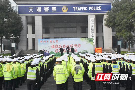12月17日,衡阳市公安局交警支队举行创建全国文明城市誓师出征仪式。