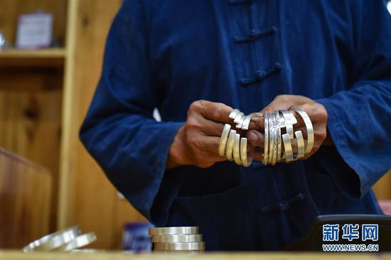 湖南张家界:银饰品俏销年节市场