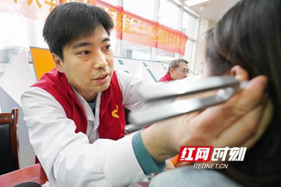 医务志愿者向前来咨询的市民开展听力检测等服务。