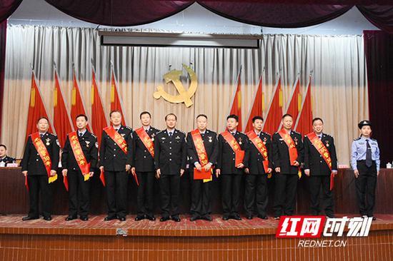 会议为从警30年民警授予荣誉奖章。