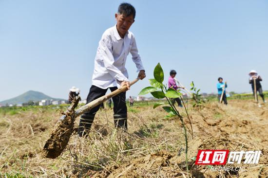 该基地解决了周边农户及贫困户就业120余人。