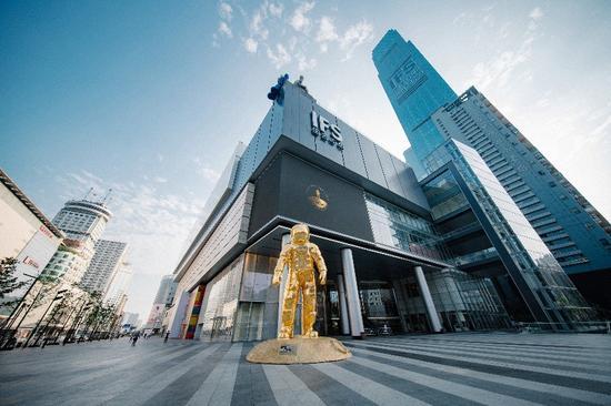 欧米茄金色宇航员巨型雕塑展登陆长沙国际金融中心