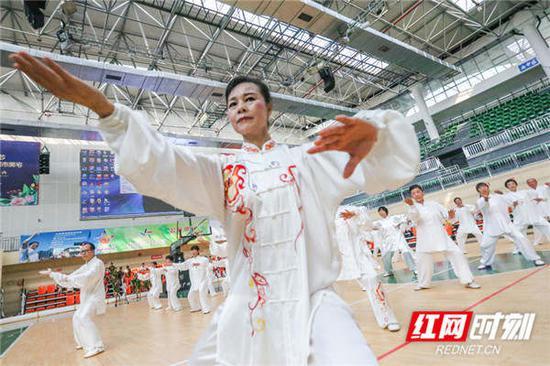 老年大学太极拳班展示太极拳。