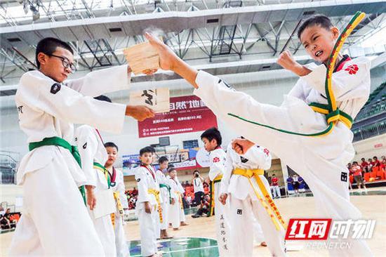 正道武馆展示跆拳道。