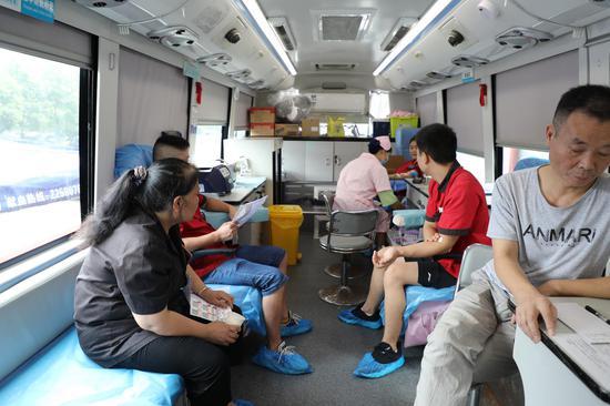 员工们在献血车内等待献血