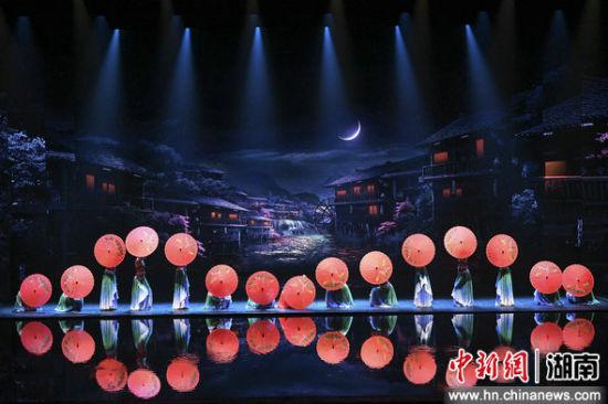 大型歌舞《张家界千古情》(资料图)杨华峰 摄