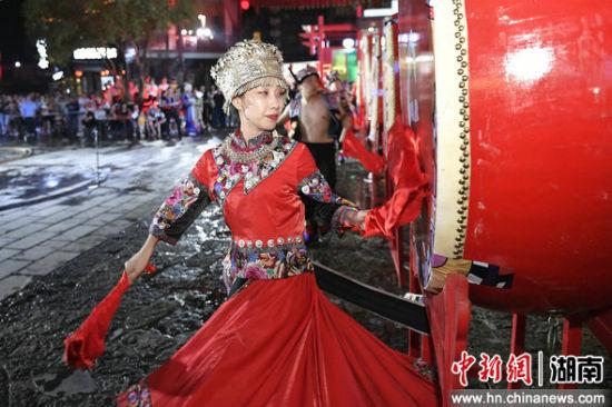 苗族姑娘击鼓迎宾(资料图)杨华峰 摄