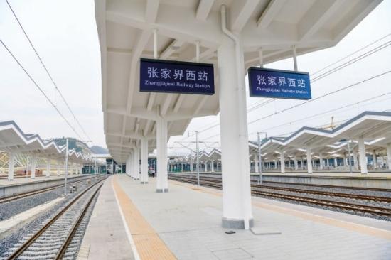 9月25日,主体工程基本完工的张家界西站,这也是目前为止湖南省第二大高铁站项目 图/记者 杨旭
