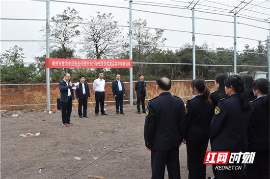 10月25日,郴州市市场监管局组织开展了整治食品安全问题联合行动假冒伪劣食品集中销毁活动。