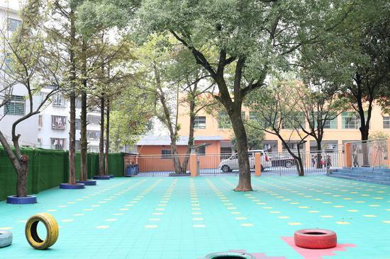 学校操场。