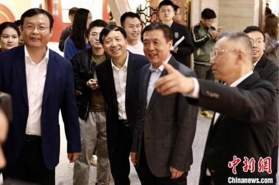 湖南省委常委、省委宣传部部长张宏森(前右二)一行参观湖南人民广播电台创建70周年图片、实物展。 翁志强 摄