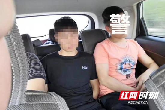 民警押解犯罪嫌疑人的场景。