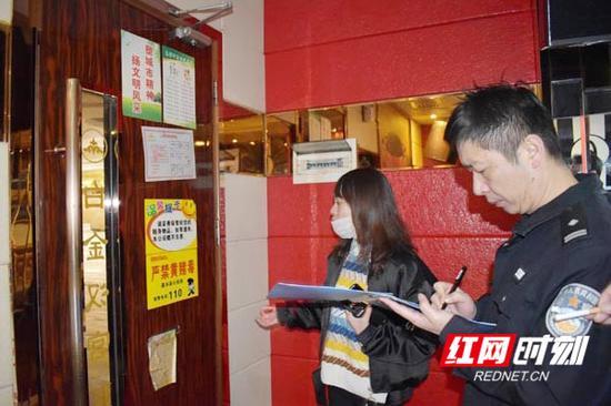 民警在KTV进行检查登记。