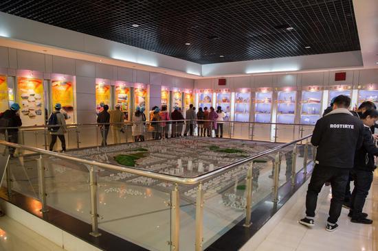 参观展览厅。