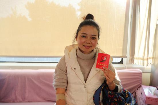 志愿者杨晓蓉参加无偿献血。
