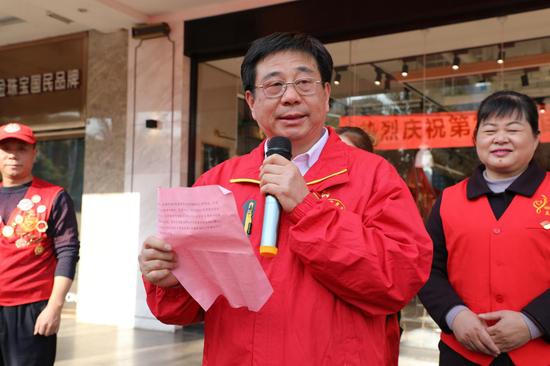 郴州市志愿服务联合会副会长、项目部部长唐汉林号召更多市民加入到无偿献血志愿服务队伍。