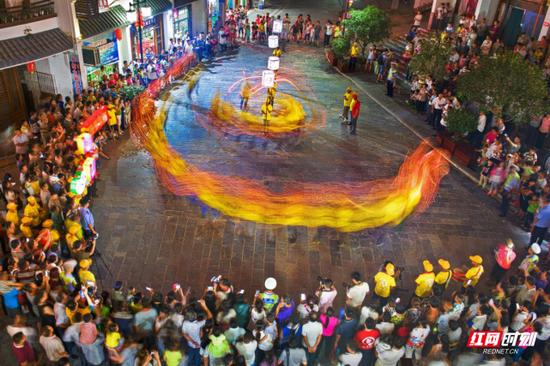 舞香火龙是瑶民至今仍在坚持的传统,他们以这种方式企盼健康如意,家国安稳。