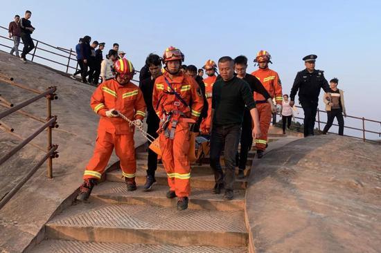 通过救援人员的密切配合,刘某成功获救