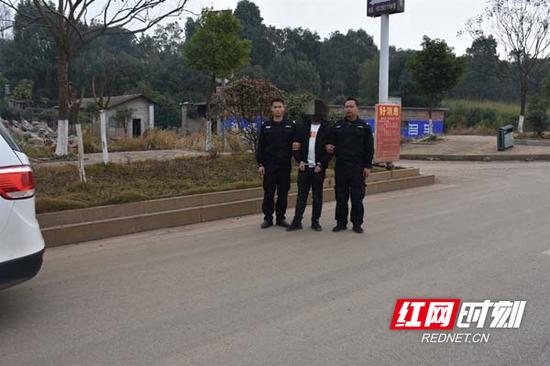 嘉禾警方押解犯罪嫌疑人指认现场。