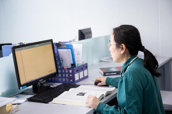 雷晔飞查看病人检查情况。
