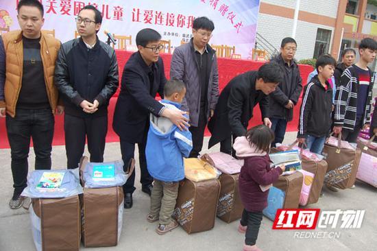 在捐赠仪式上,临武县舜峰镇、武水镇及楚才学校部分留守儿童接受捐赠。