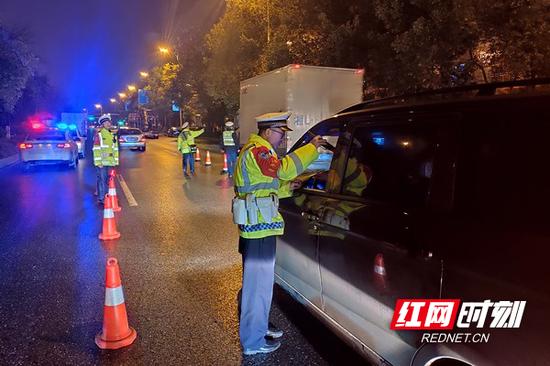 1月10日晚,交警二大队联合郴州高速警察支队北湖大队开展冬季整治夜查酒驾统一行动。