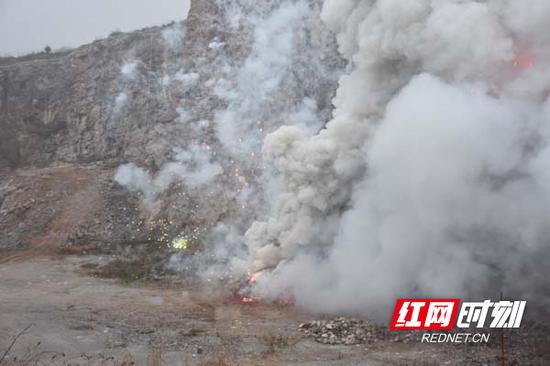 伴随着冲天的火光和一声声巨响,非法烟花爆竹在大火和爆炸声中化为灰烬。