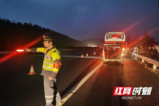 郴州:客车高速爆胎司机慌 高速路政紧急救助