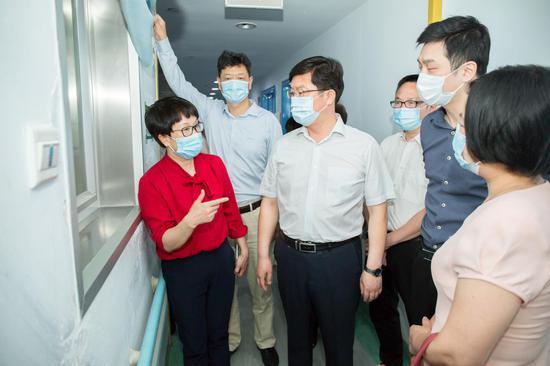 徐怀好一行参观地贫基因检测实验室、血液科。