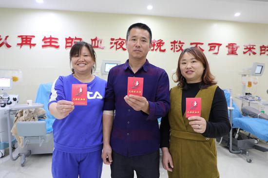 朱云芳(中)与妹妹朱亚平、朱亚琴组团献血。