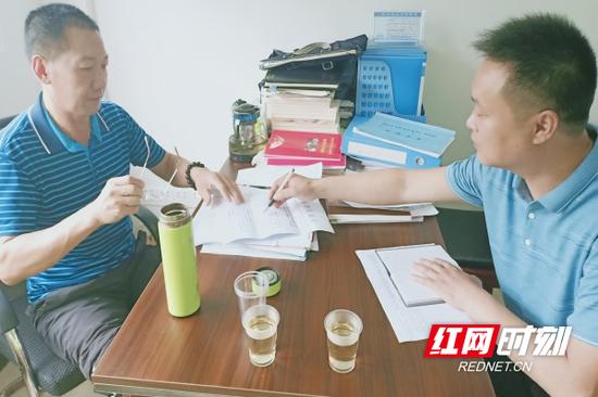 临武县民政局社会救助股核查小组一行深入西瑶乡大岭背村周某某家核查家庭经济条件等情况。