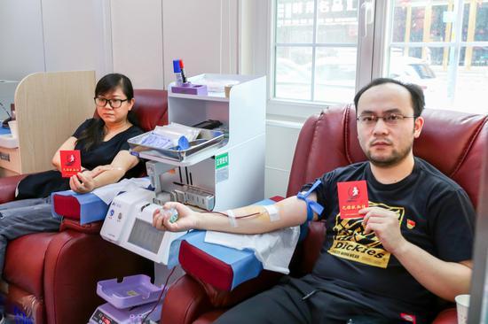 兴隆步行街非公联合党支部书记张龙智(右)参与献血。